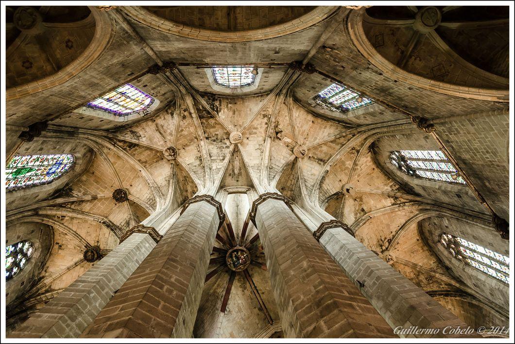 Basílica de Santa María del Mar, Barcelona.  ISO 800. f/4. 1/10. A pulso.