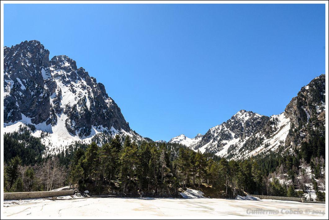Lago San Mauricio y Els Encantats, dos picos que aparecen a la izquierda de la imagen, sobre los  que existe una bonita leyenda.