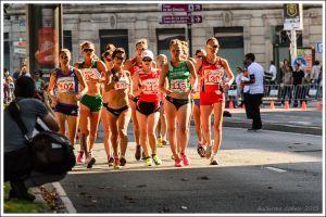 El grupo perseguidor, compacto durante las primeras vueltas, hacía lo que podía tras la atleta china. Todas sus rivales acabarían siendo dobladas.